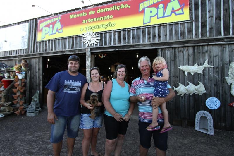 Clã unido: Édio, Paula, Regina, Alberto e a pequena Maria Carolina Mallmann