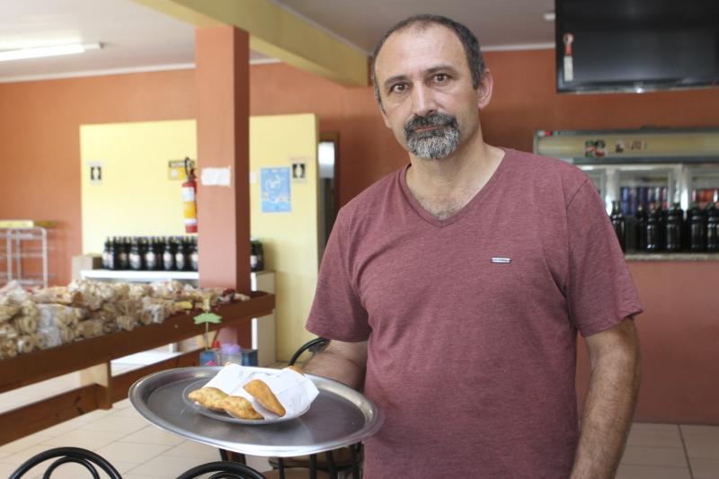 Djalma, da Pastelaria Litoral, na RS-030, assumiu o negócio há seis anos