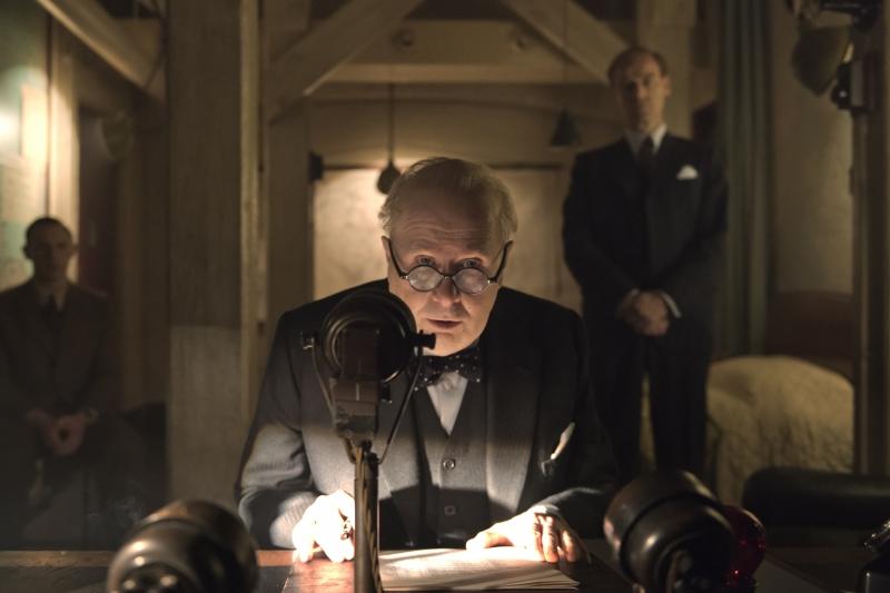 Irreconhecível, Gary Oldman vive Churchill em O destino de uma nação