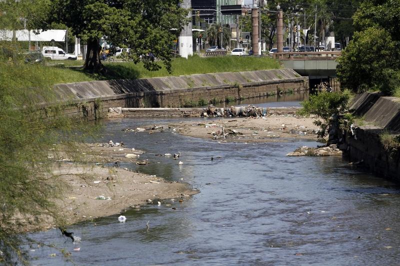 Em alguns trechos, os bancos de terra e lixo chegam quase a obstruir o canal