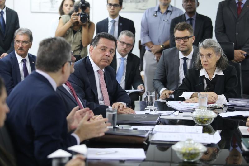 Cármen Lúcia e o governador de Goiás (centro) discutiram a crise no sistema carcerário
