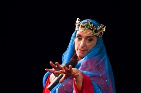 Grace Gianoukas atua como Santa Paciência, um dos personagens mais conhecidos do projeto