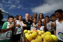 Projeto social na quadra de tênis