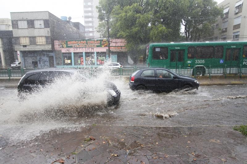 Em pouco mais de meia hora, ruas ficaram alagadas em Porto Alegre