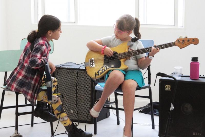 Evento para garotas promove oficinas com instrumentos musicais