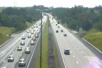 Movimento é intenso na Freeway rumo ao Litoral Norte
