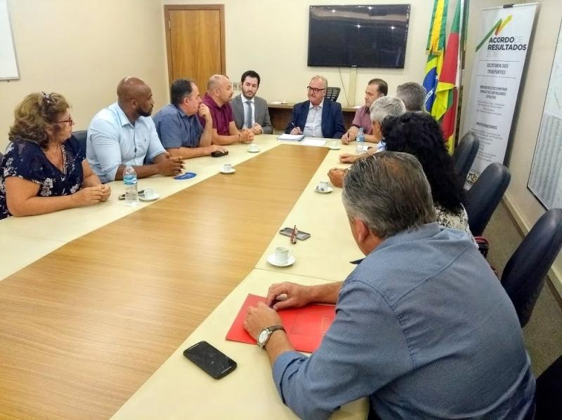 Prefeito Tito Livio Jaeger Filho (4º à esq) pede ao secretário Westphalen (centro da mesa) mais agilidade no andamento da reforma da ponte