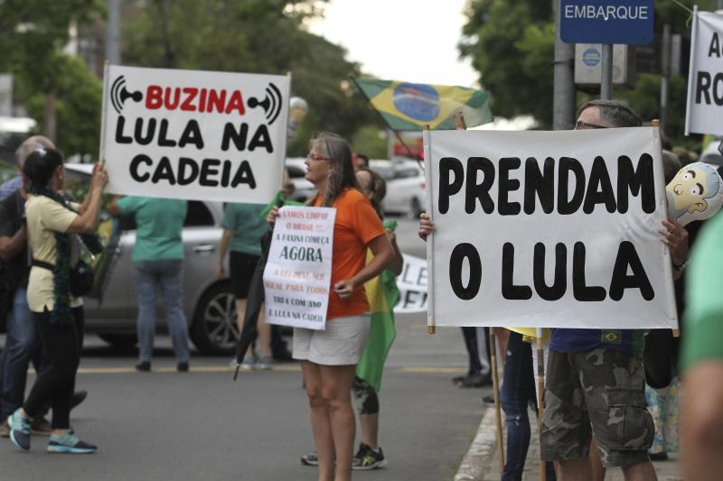 Manifestantes se concentraram na esquina da avenida Goethe com a rua Mostardeiro