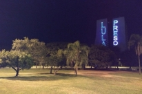 Movimentos projetam frases anti-Lula no CAFF e em hotel que hospeda petistas em Porto Alegre