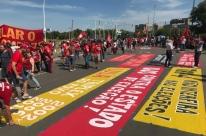 Manifestantes e políticos acompanham julgamento de Lula no Anfiteatro Pôr-do-Sol