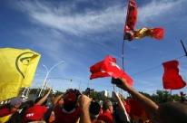 Manifestantes fazem ato pelo país no dia em que recurso de Lula é julgado