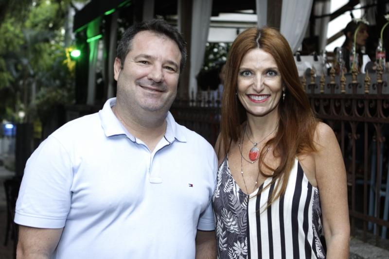 Ricardo Pires e Cláudia Lewinsohn no deck do Peppo Cucina