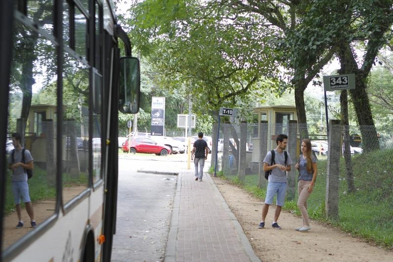 Paradas de ônibus ainda não têm cobertura no terminal principal do Campus do Vale