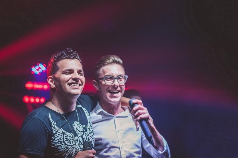 Dupla Felipe &Michel canta no projeto Sertanejo Magnum Lounge do Rosario
