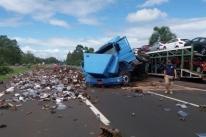 Caminhão tomba na Freeway e bloqueia pista no sentido Litoral Norte