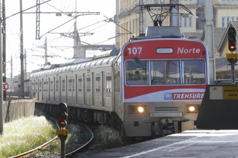 Trensurb opera com atrasos após problema em trem na estação Niterói