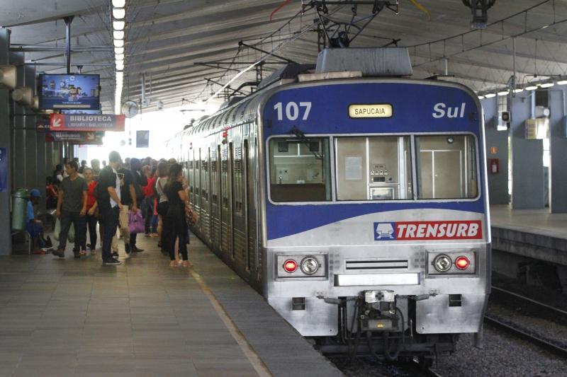 Três trens que atenderam à operação especial na madrugada da quinta-feira (22) tiveram depredações