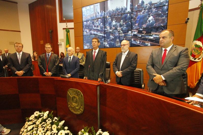 Duro (centro) assumiu a presidência no lugar do desembargador Difini