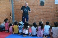 Crianças atendidas pela Enca participam de atividades recreativas e esportivas oferecidas pelo projeto