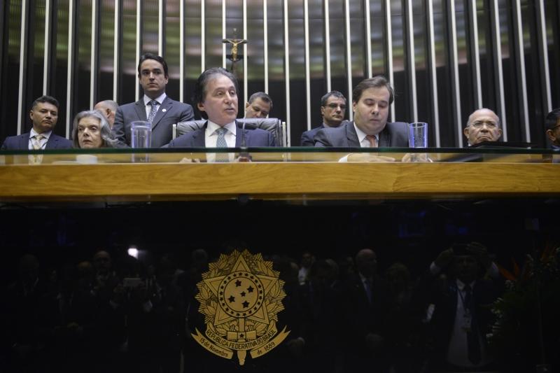 Presidente do Congresso (ao centro) propôs uma reforma na segurança reunindo as três esferas da União