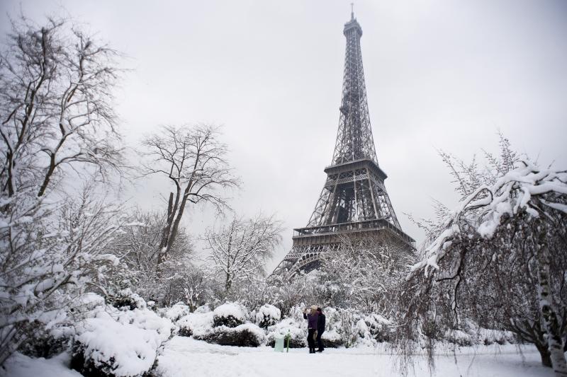 Em Paris, vários pontos turísticos amanheceram cobertos de neve