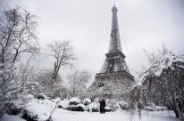 Tempestade de neve atinge a França e para transportes em Paris