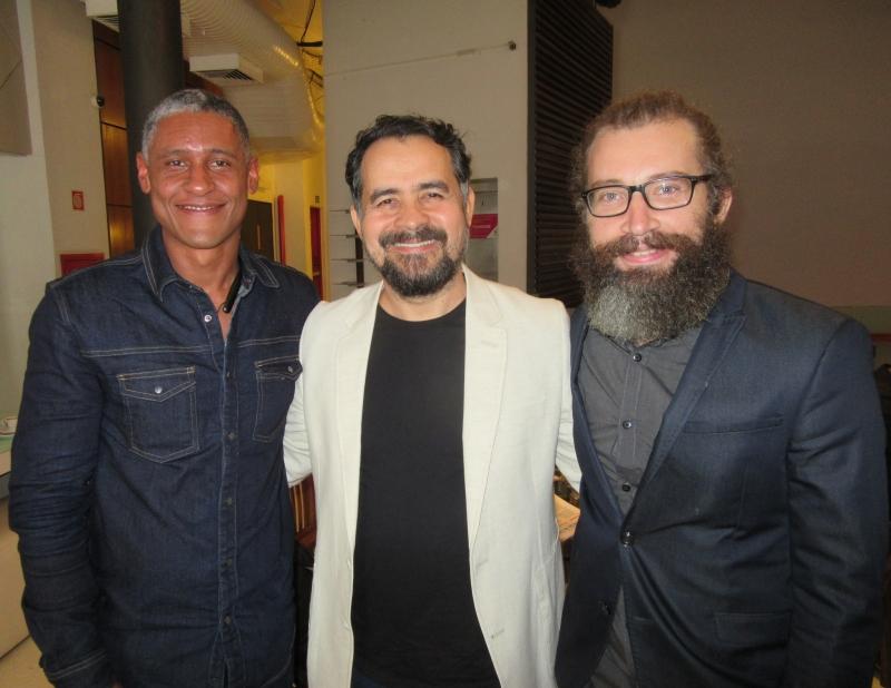 O artista Ivan Henriques com Alberto Saraiva e Tadeus Mucelli, organizadores da mostra