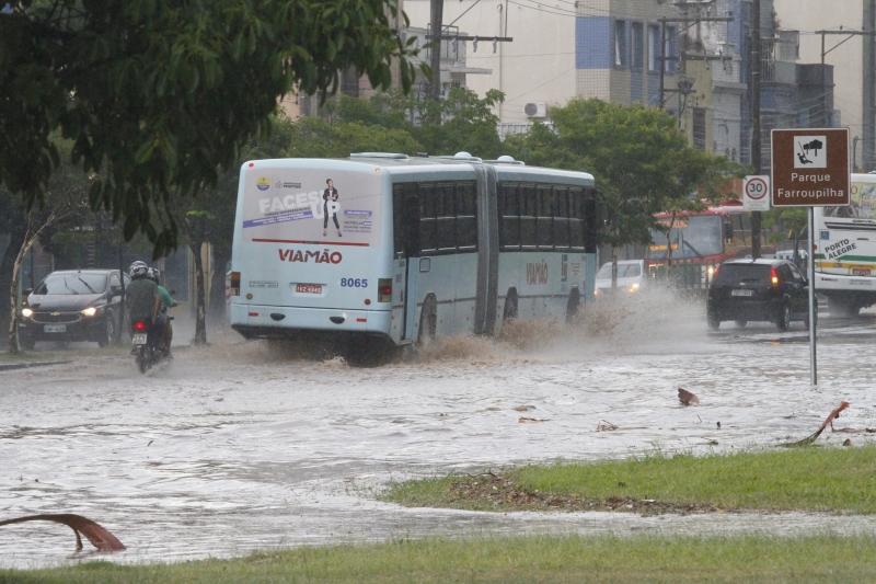 Porto Alegre experimentou tempestade que provocou estragou e corte de luz