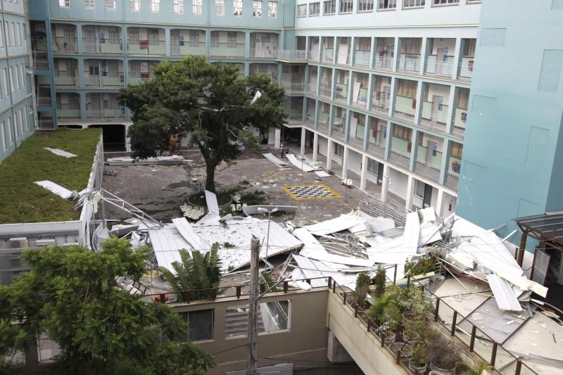 O telhado do prédio A desabou durante a chuva desta sexta-feira (9)
