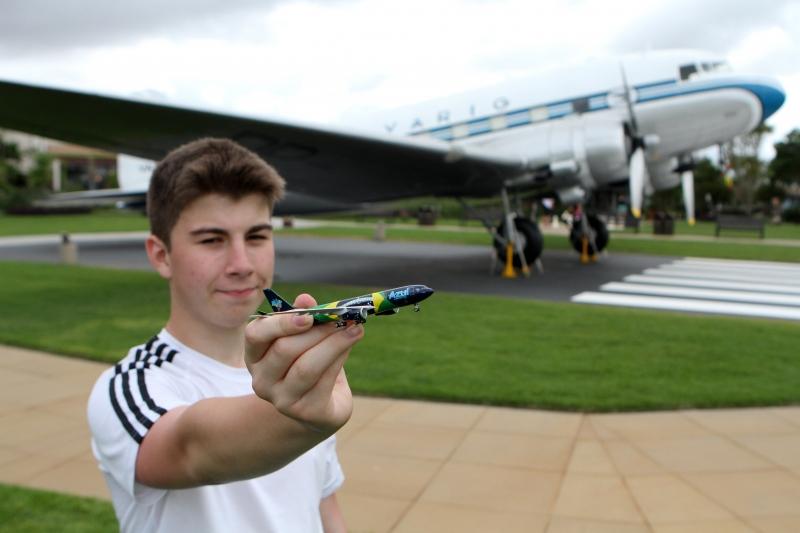 O menino tem um blog há dois anos e, após trabalhar em hostel, custeou as próprias passagens para fazer voos inaugurais da Azul no ano passado