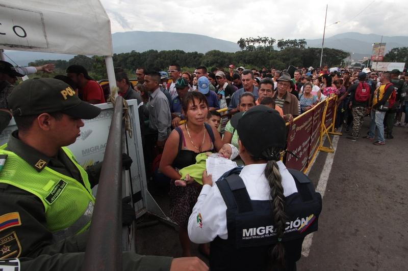 Mais de 40 mil pessoas por mês cruzam a fronteira da Venezuela para a Colômbia