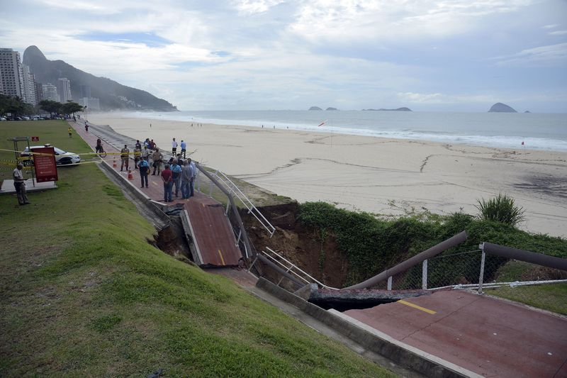 Um trecho da ciclovia Tim Maia, entre São Conrado e Barra da Tijuca, na zona sul, desabou com a chuva