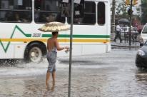 Chuva causa transtornos em ruas de Porto Alegre
