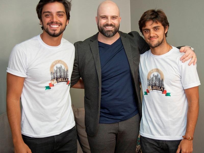 Dartagnan Sant'Anna entre atores Rodrigo e Felipe Simas, no evento La Bella Milão, no BarraShoppingSul
