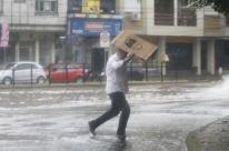 Temporal causa novos alagamentos nas ruas de Porto Alegre