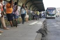 Asfalto 'invade' parada de ônibus de obra da Copa em Porto Alegre