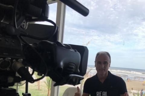 Paulo Brito, na central de imprensa que montou na beira da praia