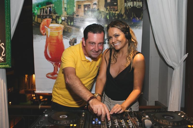 Eduardo Santos e a chef Juliana Corrêa fizeram as vezes de DJ