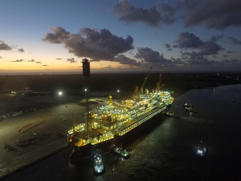 Leilão de petróleo supera expectativas e começa com ágio de 621%