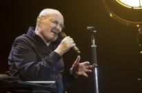 Fãs se deliciam com músicas de maior sucesso do britânico Phil Collins no Beira-Rio
