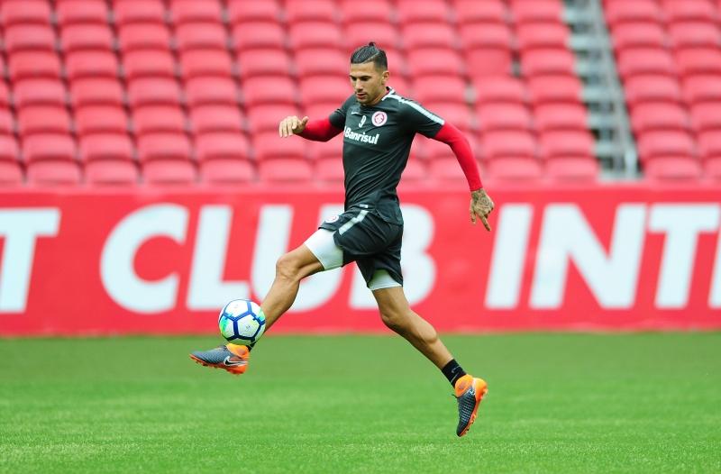 Após dois dias sem treinar, Víctor Cuesta está confirmado na defesa