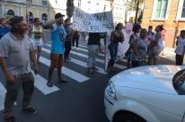Manifestantes pedem solução da prefeitura a problema de moradia em Porto Alegre