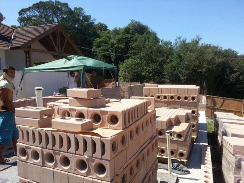 Com grande resistência, tijolo ecológico é confeccionado à base de mistura de solo, cimento e água