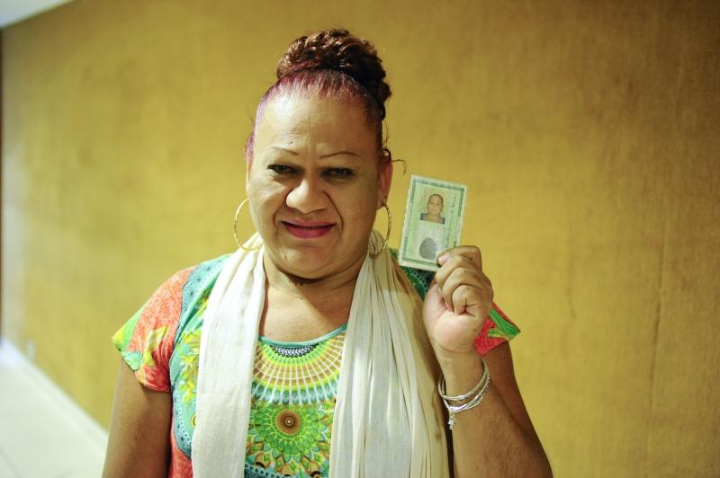 Keila exibe sua carteira de identidade após   retificação nominal