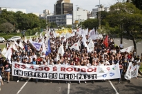 Estudantes protestam contra aumento de passagem de ônibus em Porto Alegre