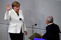 Desgastada, Merkel assume quarto mandato