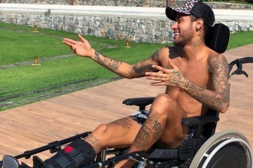 'Você tem que ter uma atitude positiva e tirar o melhor da situação na qual se encontra.', escreveu Neymar, em referência ao cientista Stephen Hawking, morto nesta terça-feira