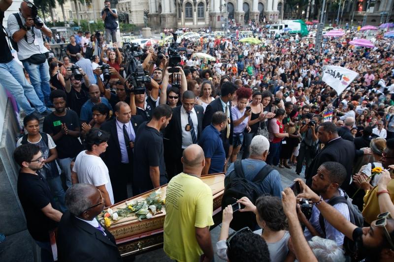 Os corpos da vereadora Marielle Franco e do motorista Anderson Gomes deixaram a Câmara do Rio sob aplausos
