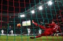 Atlético goleia e vai às quartas da Liga Europa, mas Filipe Luis sai machucado