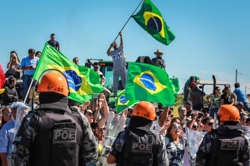 Opositores do ex-presidente protestaram em cima de tratores